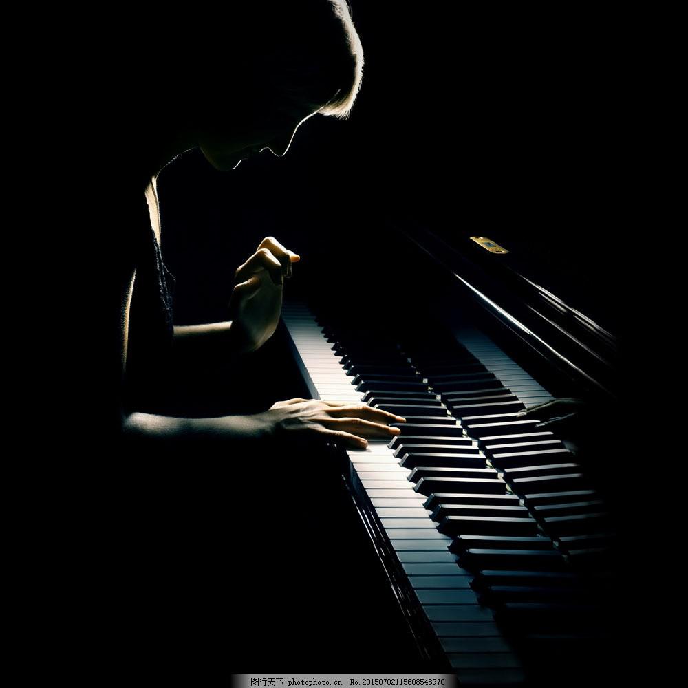 弹钢琴的美女 弹钢琴的美女图片素材下载 演奏钢琴 乐器 音乐器材
