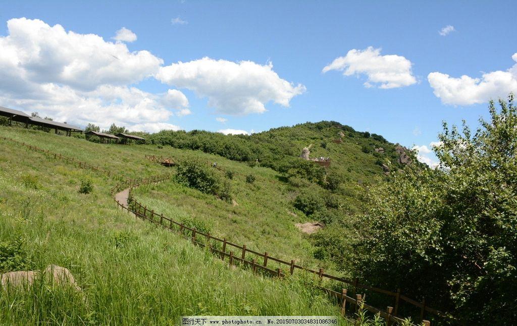山峰 高山 蓝天 白云 云朵 树木 草地 山坡 自然风景 风景图 摄影