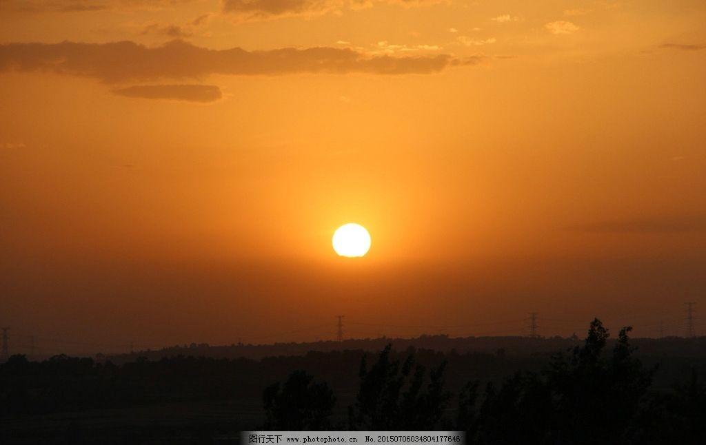夕阳 云朵 天空 草地 树木 太阳 夕阳 摄影 自然景观 自然风景 72dpi