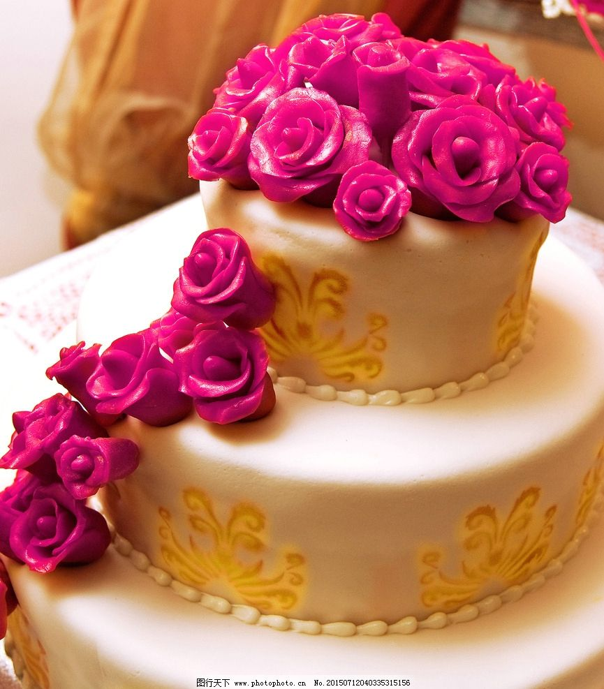 婚庆蛋糕 艺术 艺术蛋糕 爱情 婚礼 婚庆 结婚蛋糕 奶油蛋糕 三层蛋糕 甜点 美食 紫色蛋糕 白色蛋糕 紫色花 摄影 餐饮美食 西餐美食 300DPI JPG