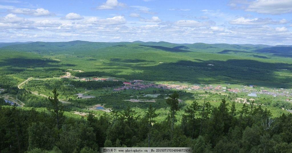 森林 蓝天 白云 林海 绿树 松树 山村 摄影 自然景观 自然风景 300dpi