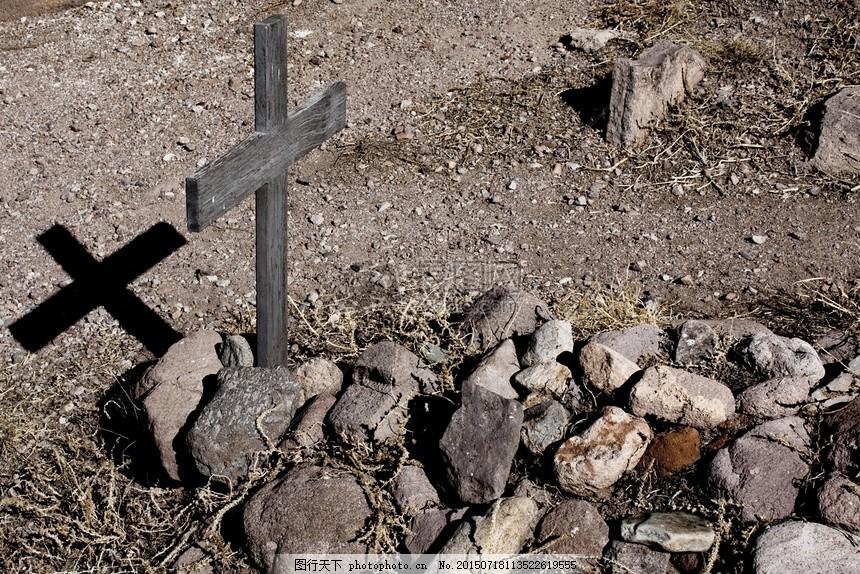 坟墓前的十字架