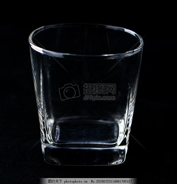 桌子上的玻璃杯