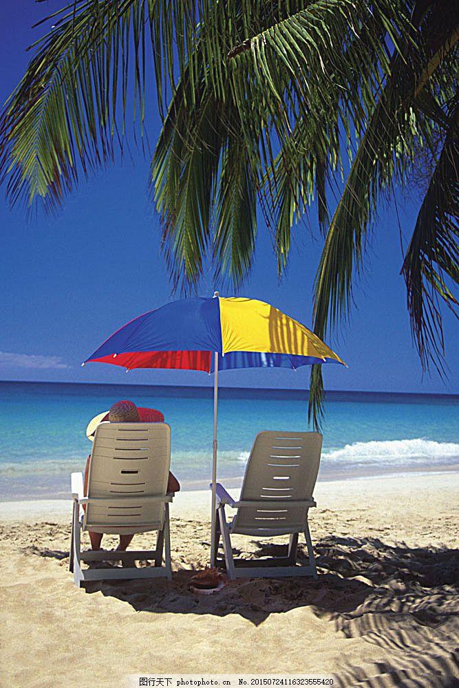 海边美景 大海 椰树 人 遮阳伞 两张椅子 沙滩 海滩 美丽风景图片