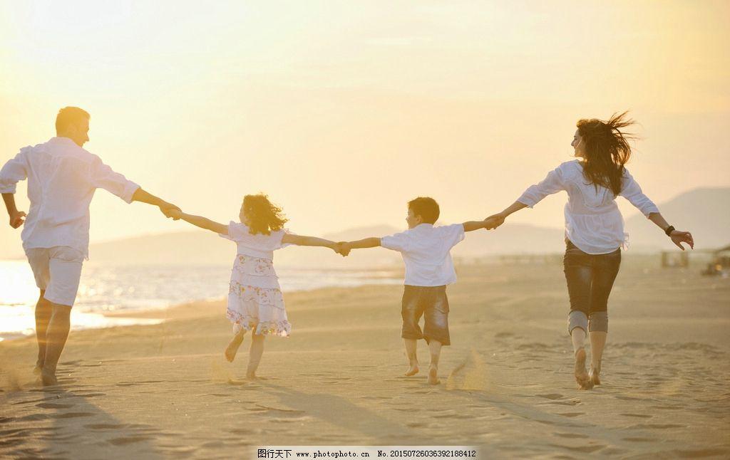一家人看海边落日水彩画