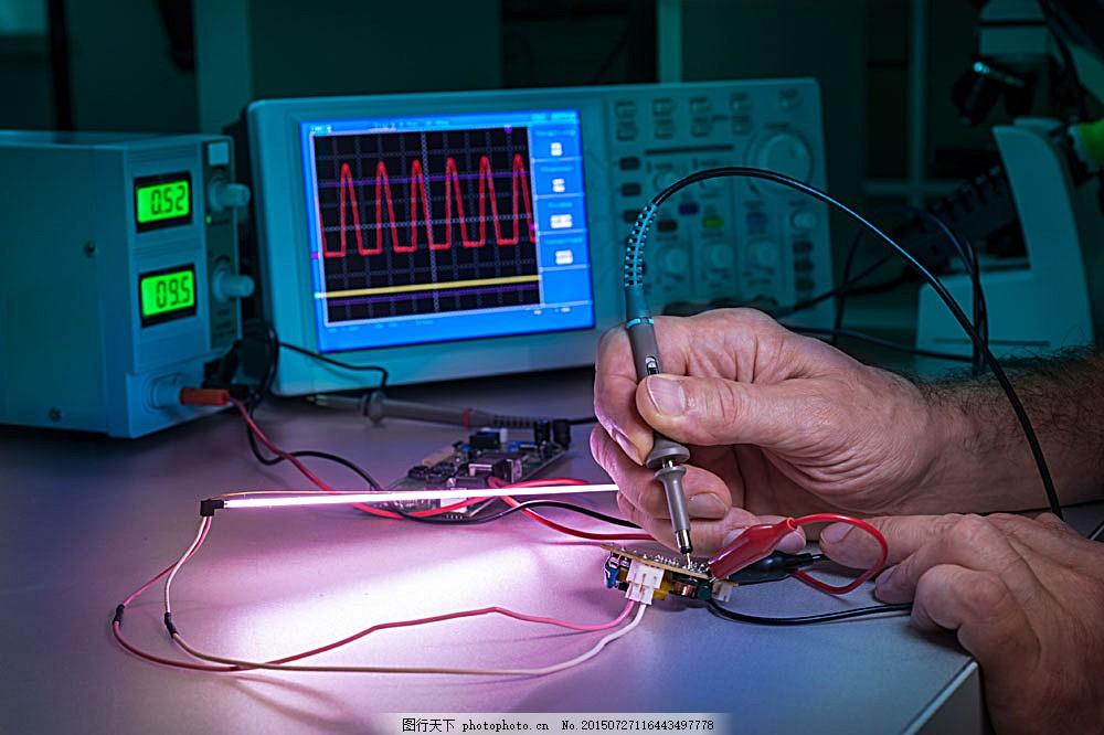 用带液晶屏幕的仪器测量的双手 液晶屏幕 仪表 测量 电路板 仪器 双手