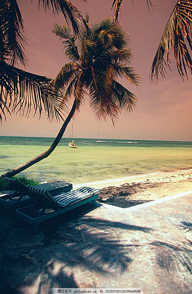 傍晚的海景 沙滩 椰树 两张躺椅 小船 海滩 大海 黄昏 美丽风景