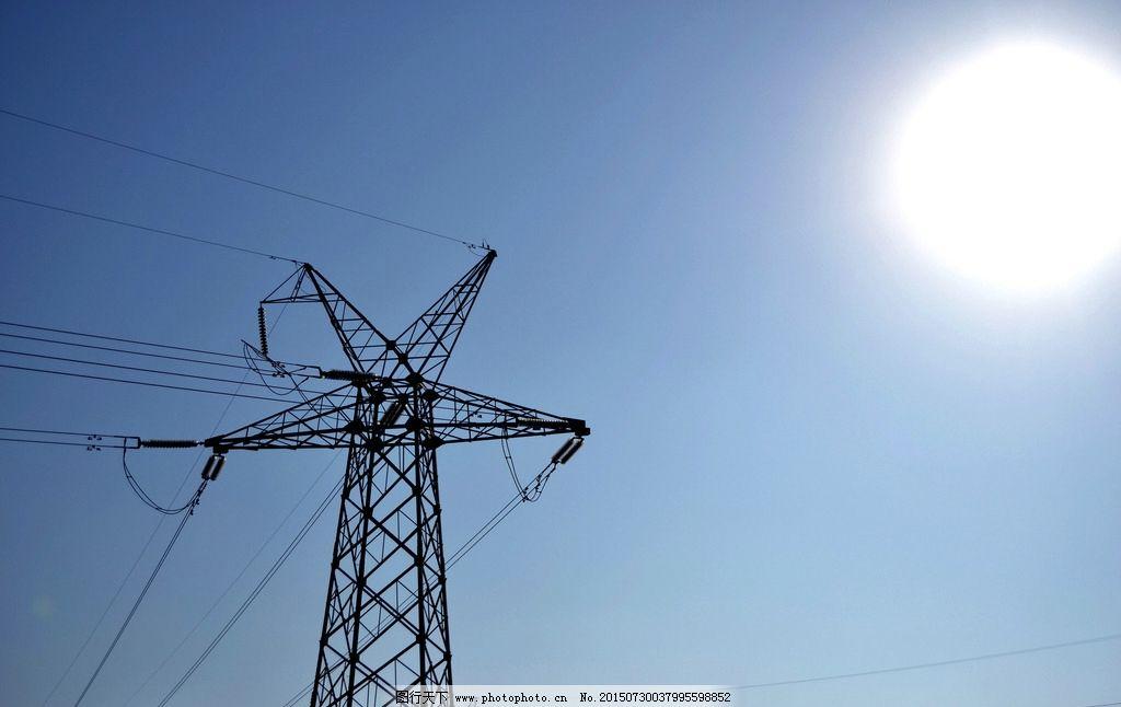 艳阳下的高压线塔