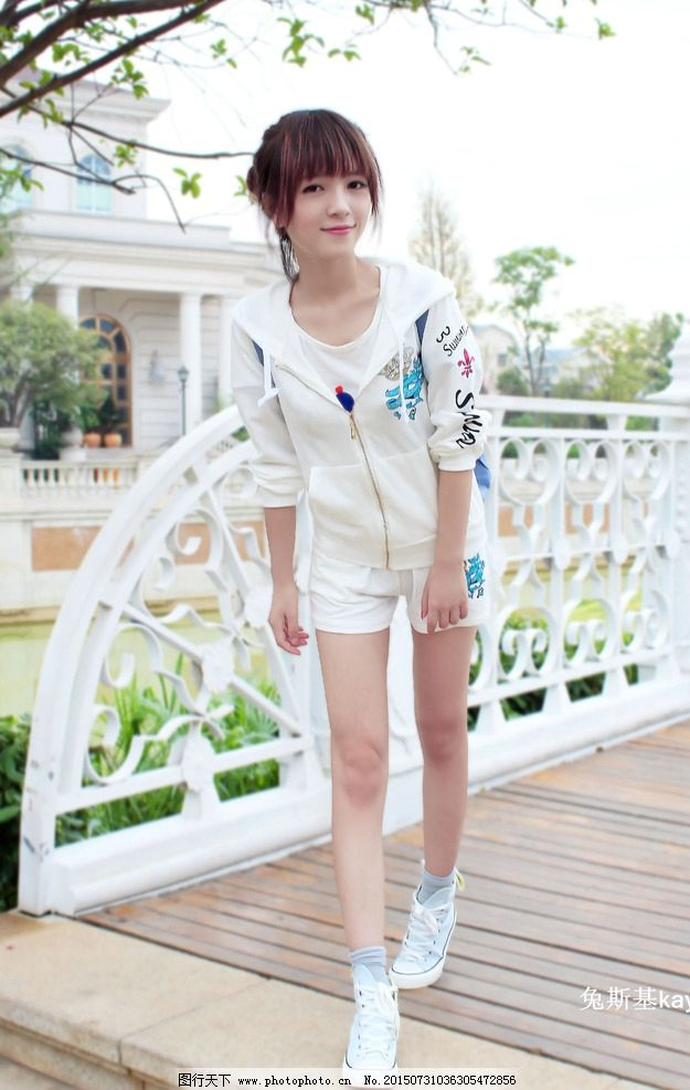 白色帆布鞋棉袜美女图片