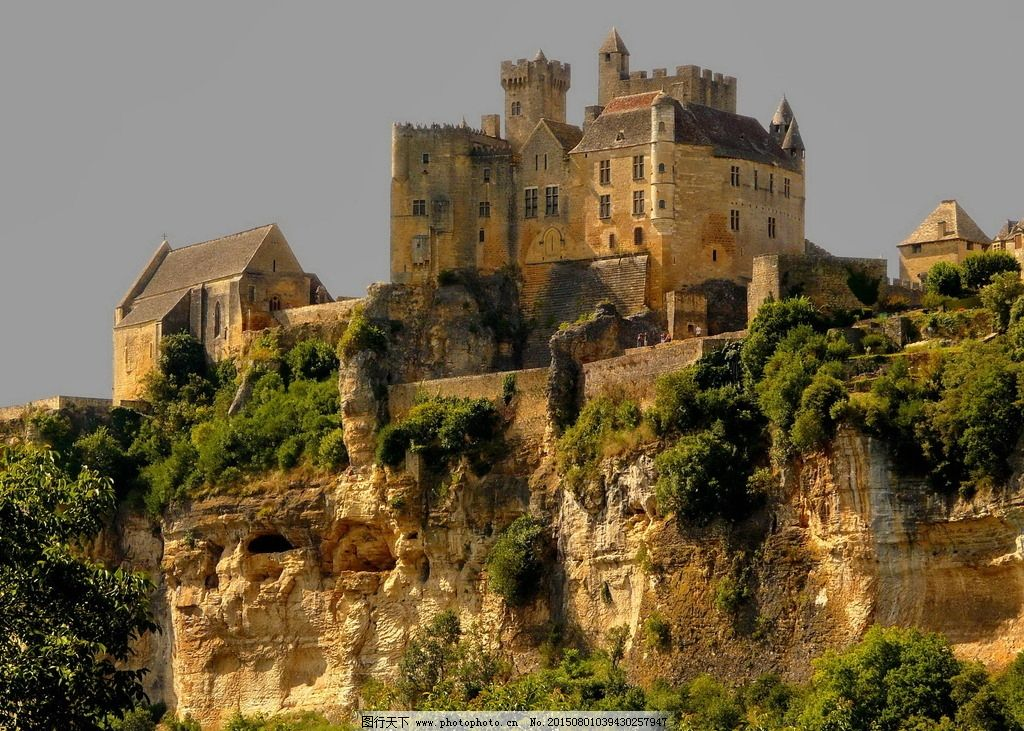 古堡 欧式城堡 欧洲城堡 山顶 山腰 古老 建筑 古建筑 建筑物 树木图片