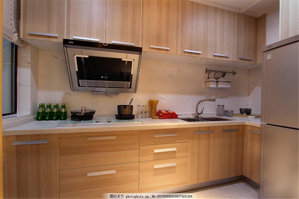 简约厨房木质条纹橱柜装修效果图 白色灯光 冰箱 浅色地板砖 油烟机