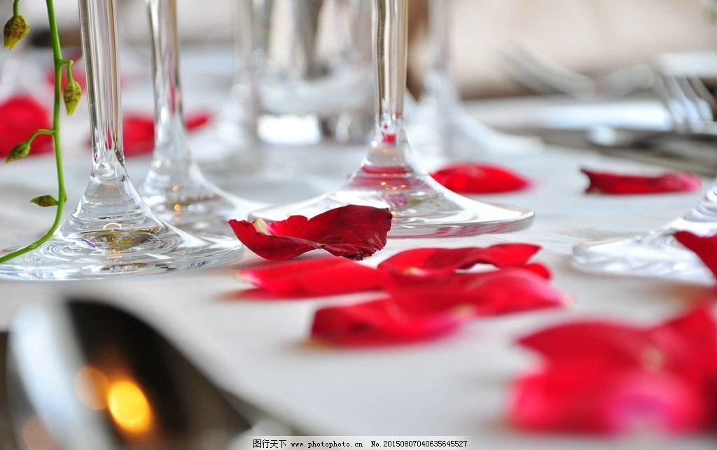 西餐 婚宴 摆设 酒杯 红色 花瓣 特写 西式 餐桌 餐具 高端 高雅 摄影图片