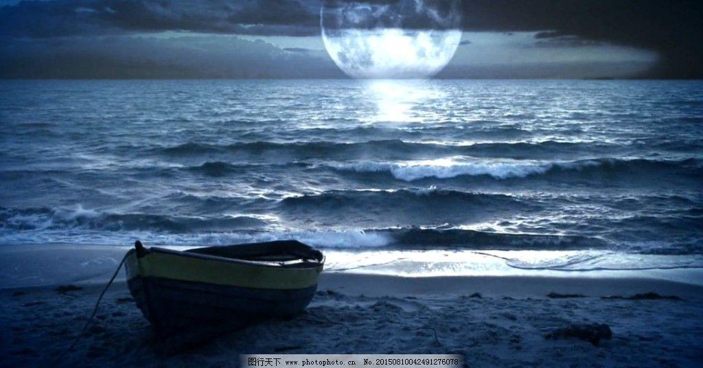 美丽夜晚的海边,沙滩,小船与月亮素材