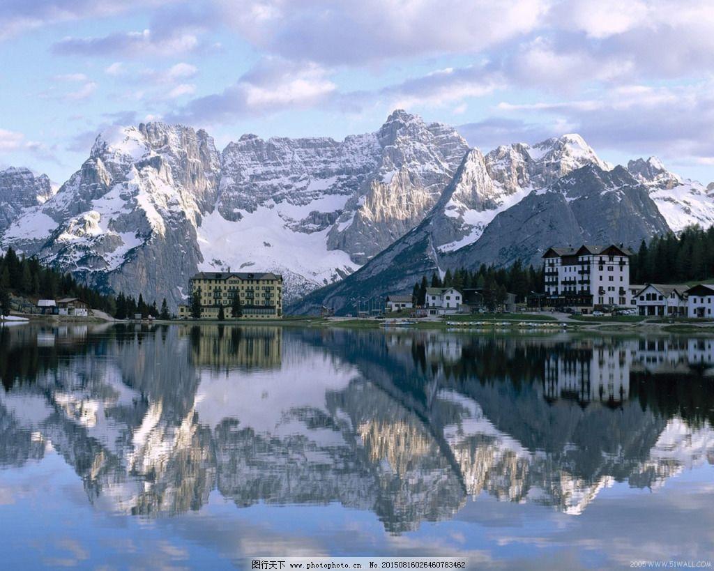 雪山房屋湖泊高清图