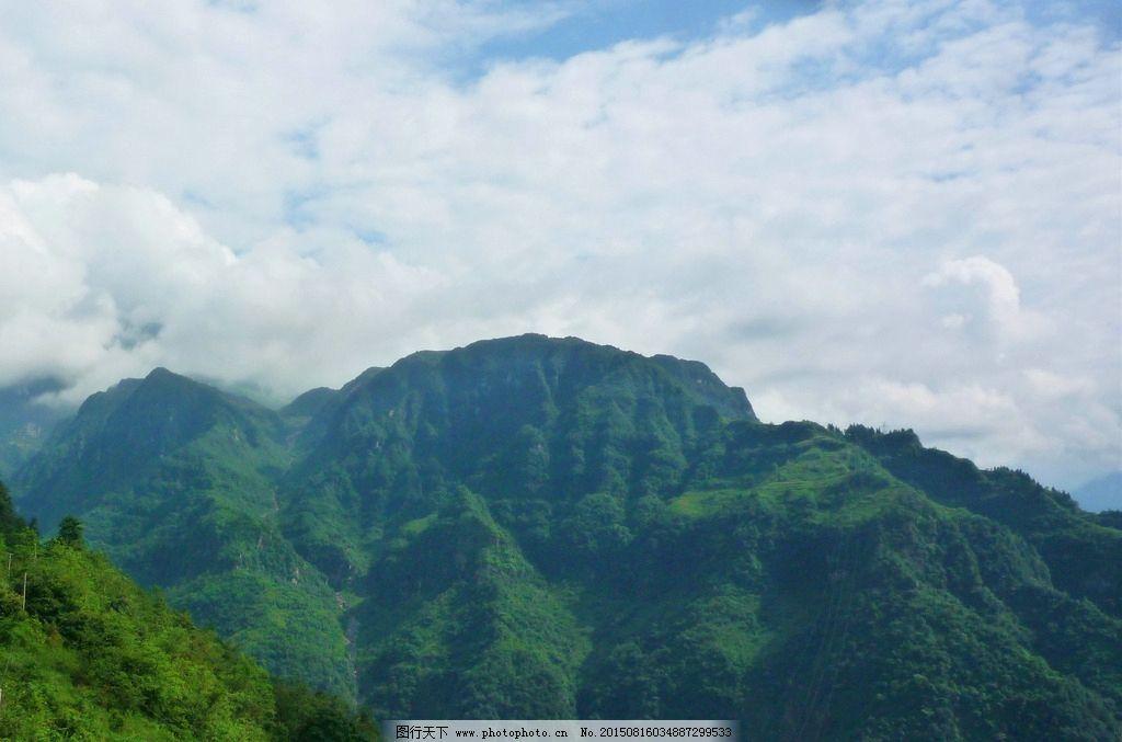 山峰白云图片