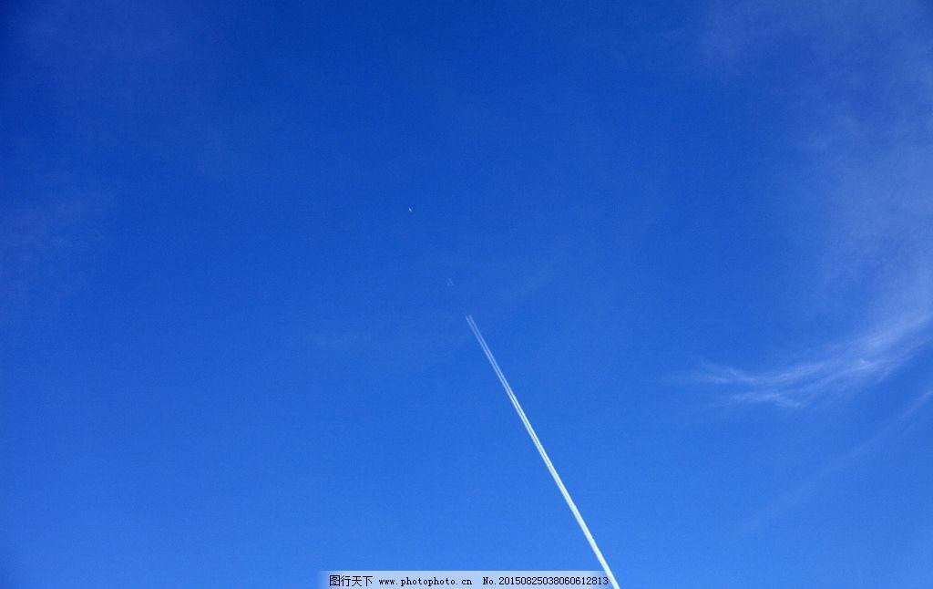 晴空万里飞过的飞机图片