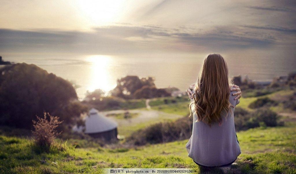 山顶女孩的背影 女孩 外国 背影 长发 草地 美丽 暖色 湖 房子 日出